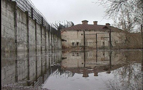 Тюрьма  окружена