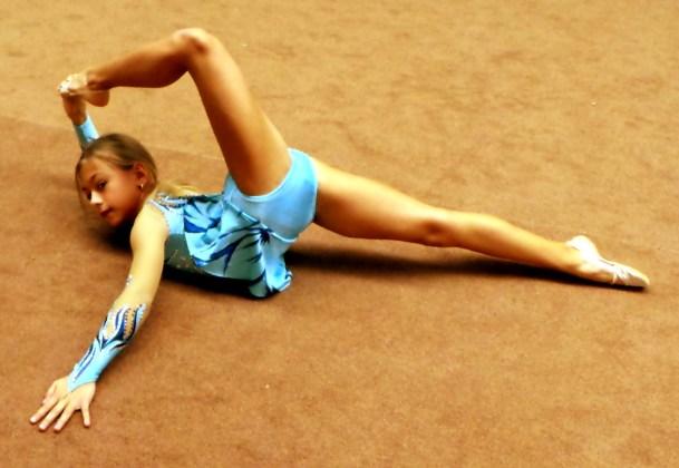дома гимнастки в широких майках видео выпускается двух формах: