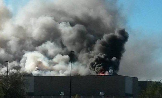 Самолет врезался в здание аэропорта в США