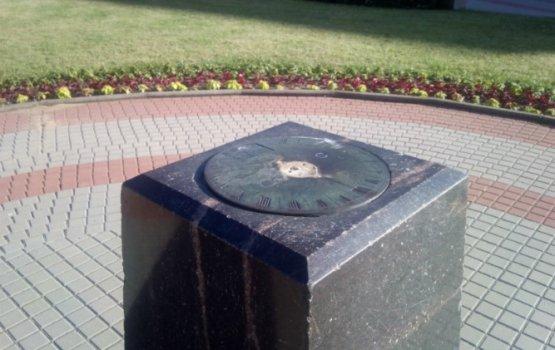 Фотофакт: солнечные часы у старого корпуса ДУ остались без стрелки