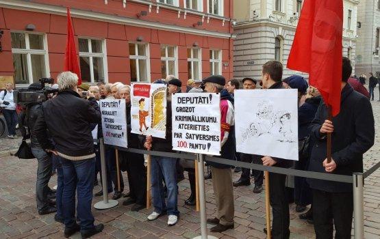 """Противники """"шпионских"""" поправок к Уголовному закону пикетировали Сейм"""