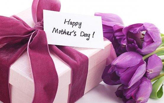 На празднование Дня матери 83% латвийцев планируют потратить до 20 евро