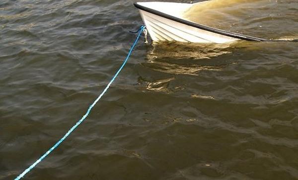 на озере опрокинулась лодка