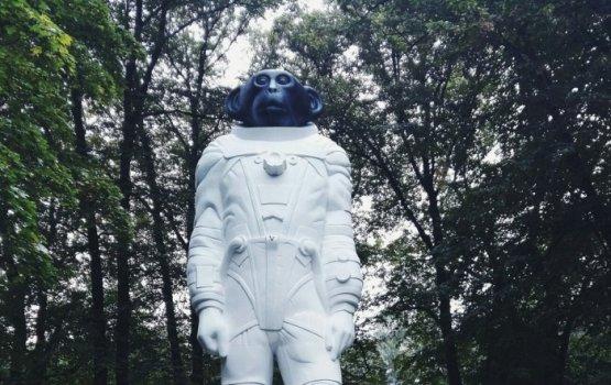 Инсталляция в столичном парке: Обезьяна по имени Сэм