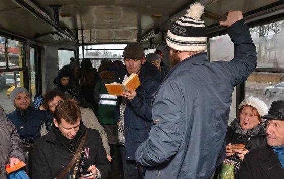 По Даугавпилсу проехал поэтический трамвай
