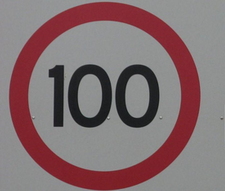 Разрешенная скорость на некоторых трассах Латвии поднята до 100 км/ч