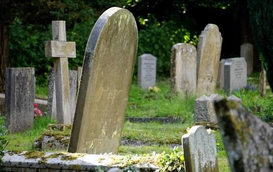 Парней подозревают в осквернении кладбища