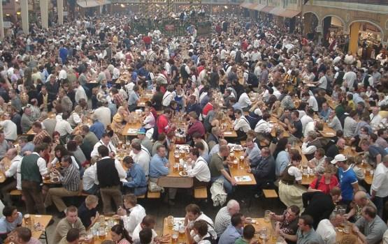 """Стартовал фестиваль """"Октоберфест"""", кружка пива - почти 11 евро"""