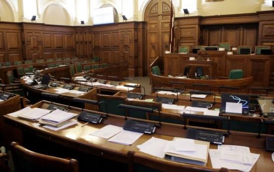 В Сейм передана инициатива жителей лишить депутатов возможности в голосовании воздерживаться