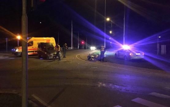На перекрестке столкнулись автомобиль и мотоцикл