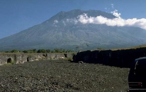 МИД обзванивает находящихся на Бали латвийцев: им грозит извержение вулкана