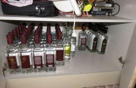 Daugavpilī atklāj nelikumīgu alkohola fasētavu, no tās izņemot vairāk par tonnu spirta