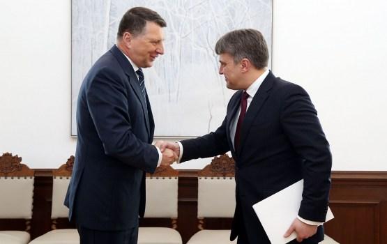 Омбудсмен призывает президента Латвии не прекращать поднимать вопрос о применения статуса негражданина