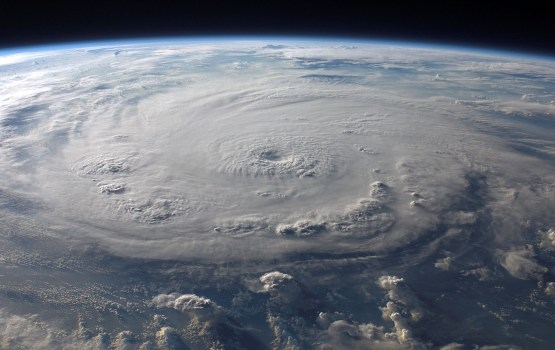 """""""Нэйт"""" усилился до урагана и угрожает мексиканским курортам и побережью США"""