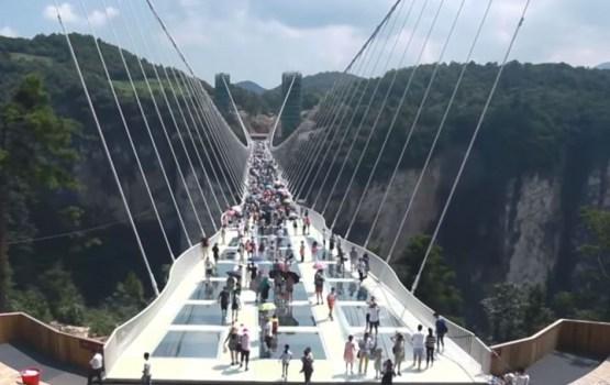 В Китае открыт 300-метровый стеклянный мост на высоте 150 метров (ВИДЕО)