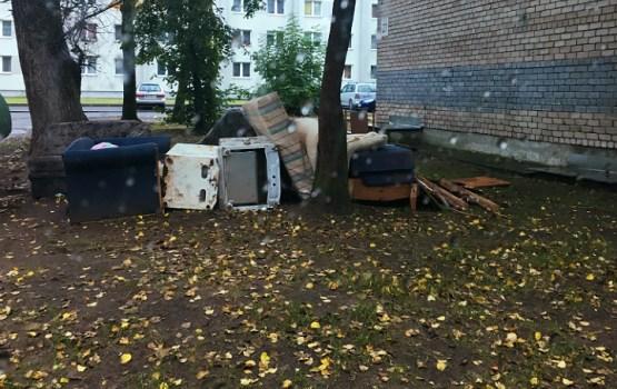 Жители без договоров свозят свой мусор к чужим контейнерам