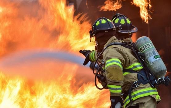 В Зиепниеккалнсе горят шины на площади 70 квадратных метров; пожар локализован
