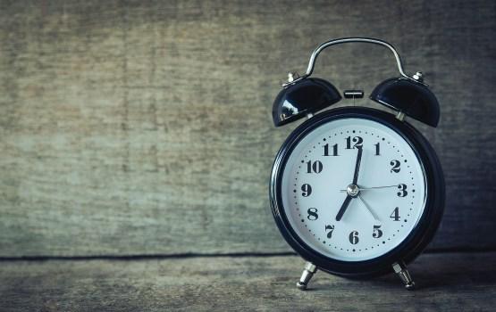 Опрос: перевод часов негативно затрагивает более половины населения Латвии