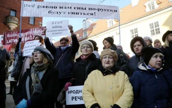 Отмену школьной реформы в Латвии поддержали почти 4000 человек