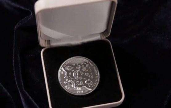 Банк Латвии выпускает новую монету с кузнецом (ВИДЕО)