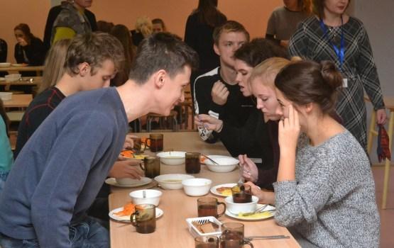 Что думают старшеклассники и педагоги о бесплатных школьных обедах?
