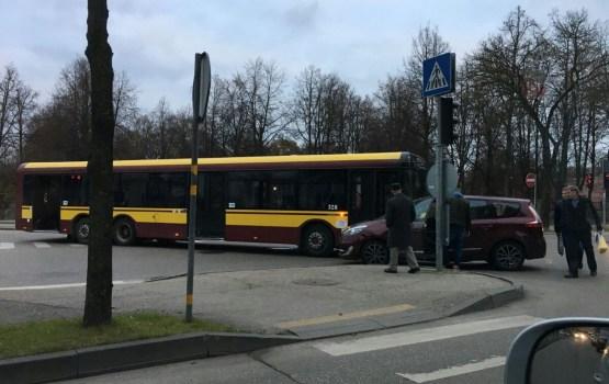 Легковушка и автобус не поделили перекресток (дополнено)