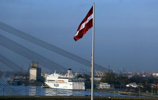 Полицию безопасности попросили оценить инцидент с дырявым флагом Латвии