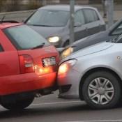 Фотофакт: столкнувшиеся авто осложнили движение на дамбе