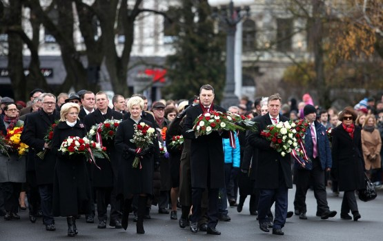 Официальные лица и латвийцы возложили цветы к памятнику Свободы