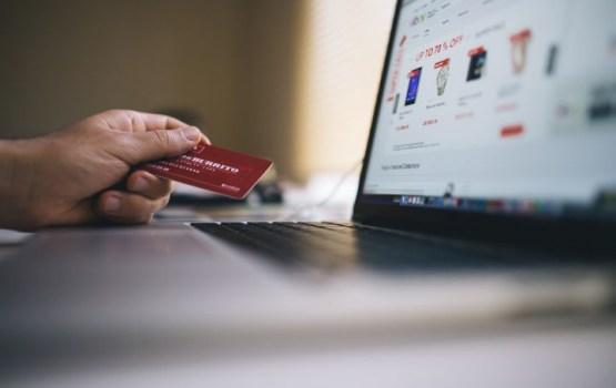 Опрос: жители Латвии чаще всего делают покупки в интернете с помощью компьютера