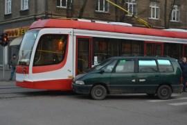 Фотофакт: трамвай и авто не поделили дорогу