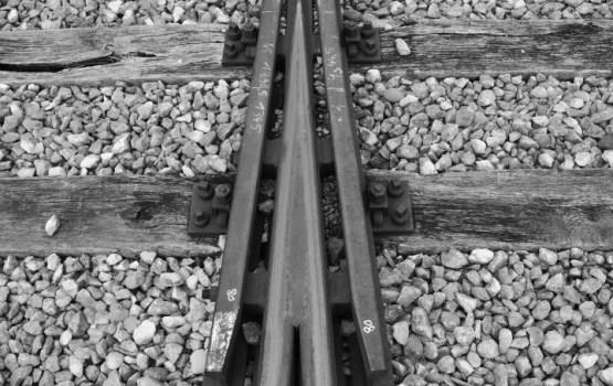 В Испании пассажирский поезд сошел с рельс; есть пострадавшие