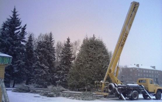 Фотофакт: на площади Виенибас сооружают главную елку Даугавпилса