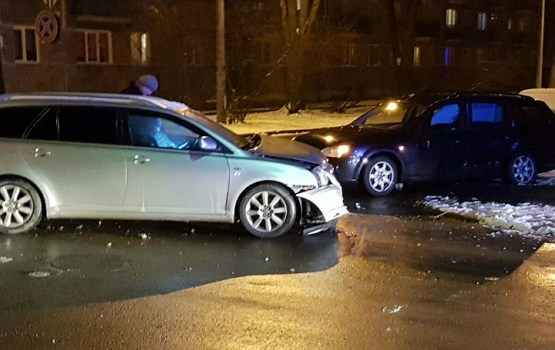 Фотофакт: на перекрестке столкнулись Toyota и Ford