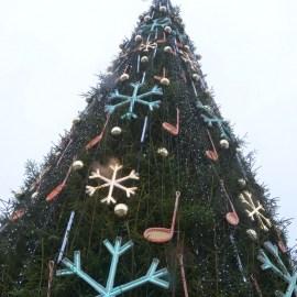 Сегодня на площади Виенибас зажигают огни на главной елке Даугавпилса