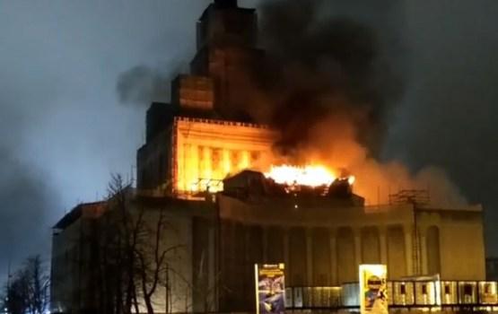 В Москве загорелся главный павильон ВДНХ: десятки людей эвакуированы (ВИДЕО)