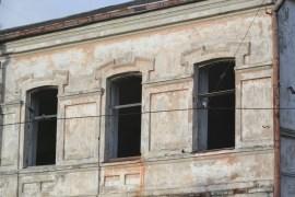 Здание швейной фабрики стало притоном для бродяг