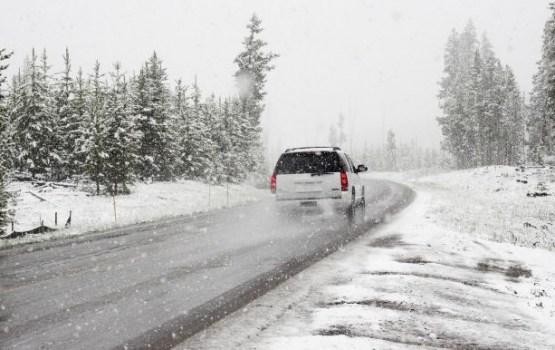 Зачем зимой нужно возить в машине старые носки и лист белой бумаги