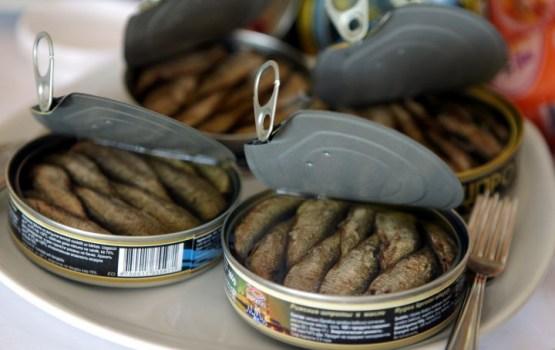 Россия начинает отменять запрет на поставку шпрот из Латвии
