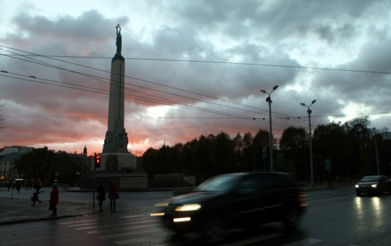 Иностранец на машине заехал на площадь памятника Свободы