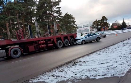 Twitter: в Юрмале легковой автомобиль врезался в грузовую машину