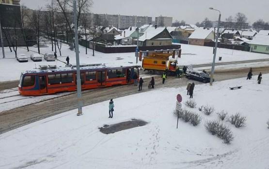 Водитель совершил аварию, заблокировав движение трамваям