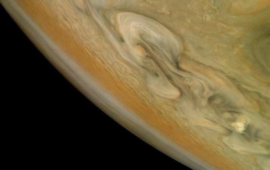 Мощный ураган в области северного полюса Юпитера