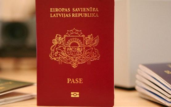 Правящая коалиция решила сохранить гражданство Латвии детям Слапиньша