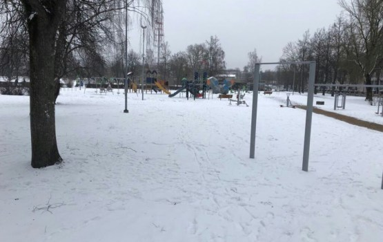 Жалоба: почему не чистят от снега детские площадки?
