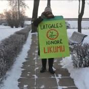 Сильный мороз не остановил протестующего журналиста