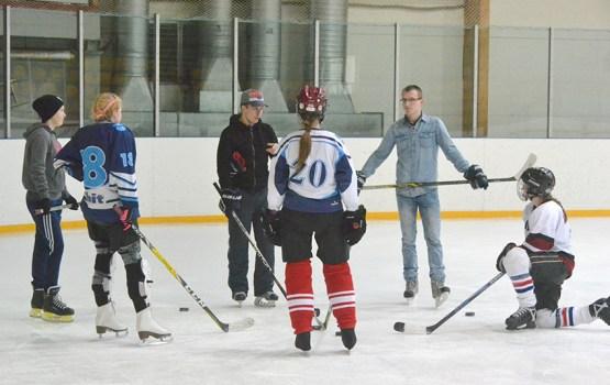 8 Марта – болеть за женский хоккей!