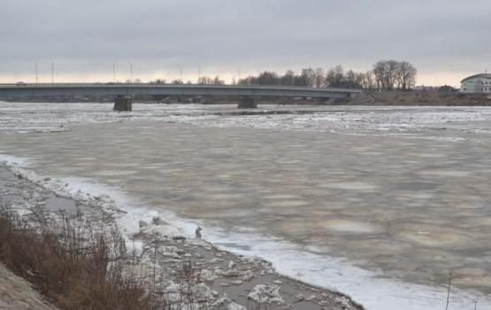 Спасатели предупреждают: выходить на лед Даугавы уже опасно