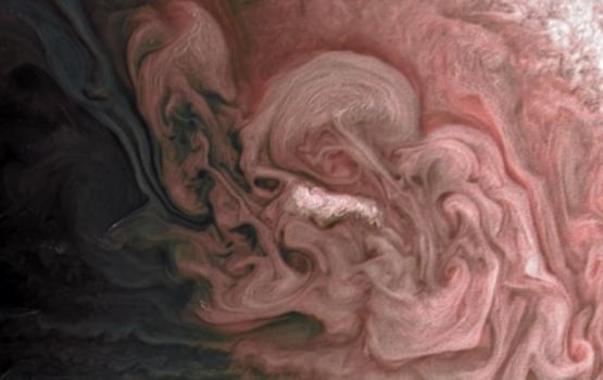 НАСА опубликовало фото розовой бури на Юпитере