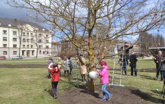 Молодежь Латгальской партии приглашает украсить пасхальное дерево